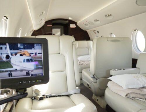 Polémica por vuelo en jet privado de cantantes urbanos, se robaron hasta las almohadas y luces del avión