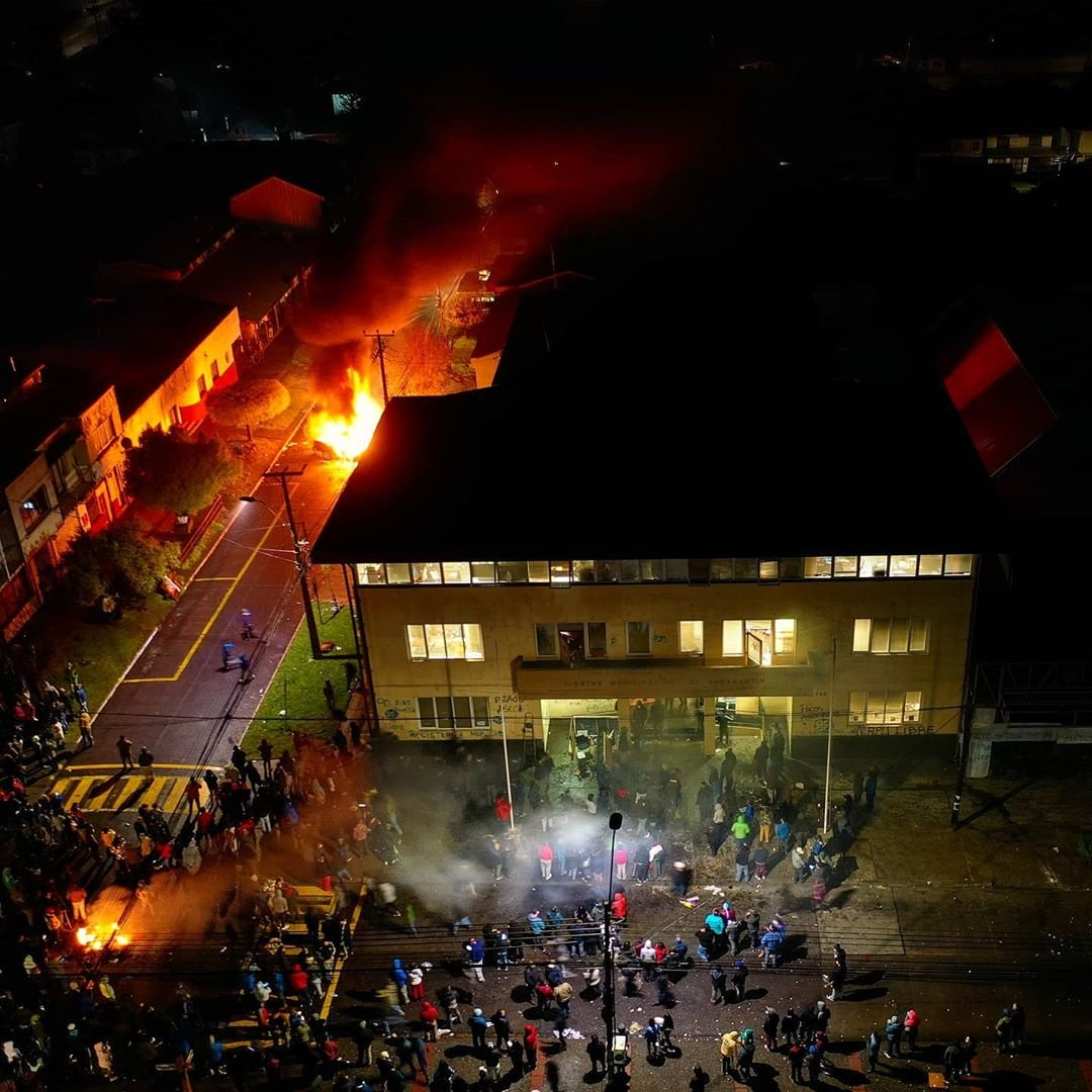 Curacautín : Chilenos cansados de la violencia en La Araucanía, desalojan a mapuches que se tomaron el municipio | INFORMADORCHILE