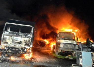 """Noticias Chile   """"Terrorismo en La Araucanía"""" ataque incendiario deja 14 camiones quemados   Informadorchile"""