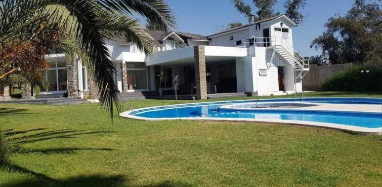 Noticias Chile | Arturo Vidal vende su casa en Peñalolén con : Piscina, discoteca y multicancha