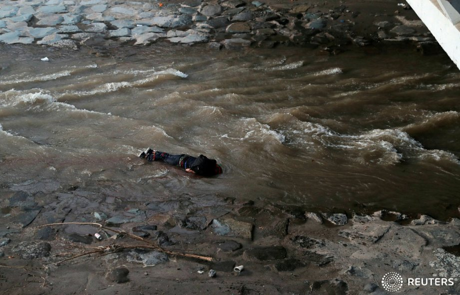 Noticias Chile   Carabineros desmiente versión que un funcionario lanzó a manifestante al río Mapocho