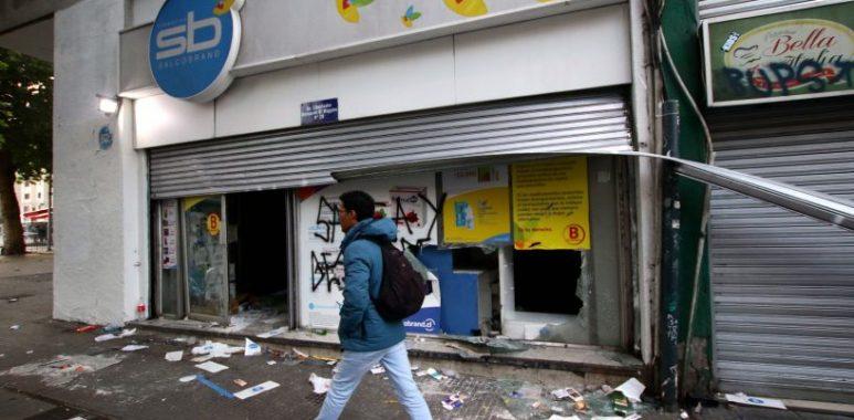 Noticias Chile | 50 delincuentes saquean farmacia despues de manifestaciones en Plaza Italia