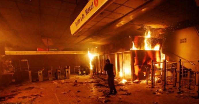 18 de octubre   Hace un año delincuentes quemaron el Metro y destruyeron miles de empleos de chilenos