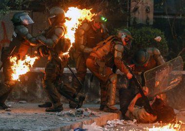 Noticias Chile | Carabinero resultó con quemaduras graves luego de ser atacado con bombas molotov