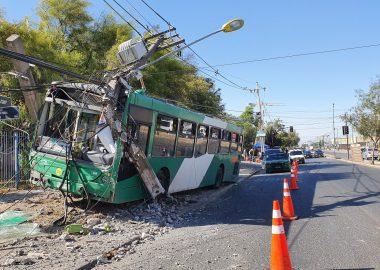 Noticias Chile   Chófer del Transantiago es apuñalado al volante , debido a esto se incrustó en un poste
