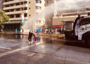 Como ya es normal, este viernes 18 de diciembre se registran violentos disturbios en el eje Alameda, muy próximo a donde gobierna el Presidente Sebastián Piñera.
