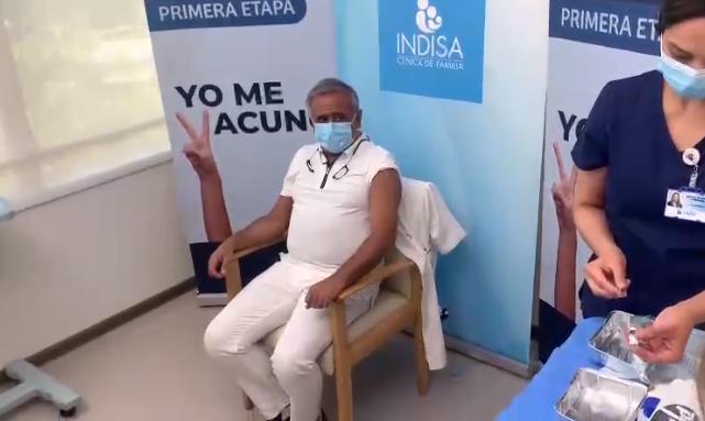 Noticias Chile   Doctor Ugarte recibió la vacuna contra el covid-19 en la Clínica Indisa