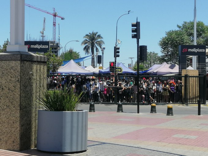 Noticias Chile | Gente colapsa las puertas del Plaza Vespucio para poder comprar