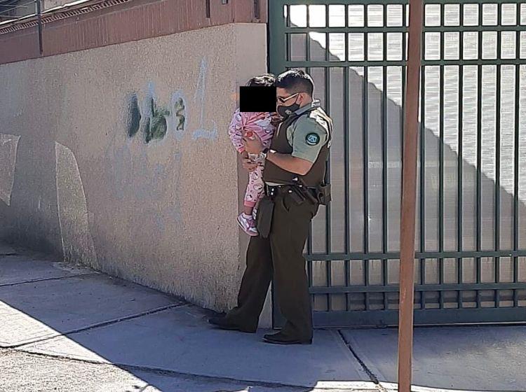 Noticias Chile | Carabineros rescata a menor de edad encerrada en vehículo, madre estaba comprando