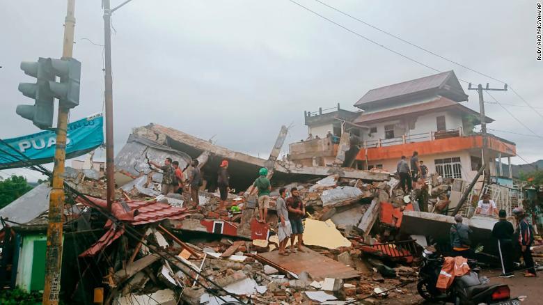 Noticias Chile | Terremoto en Indonesia deja fallecidos, hospital colapsado y pánico en la población