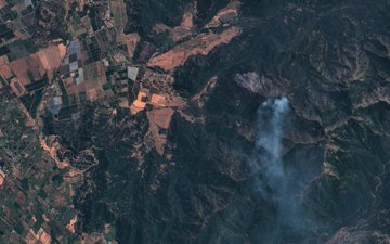 Noticias Chile | Descontrolado incendio forestal se registra en el Maule con proyección a Sierras de Bellavista y Laguna del Encanto