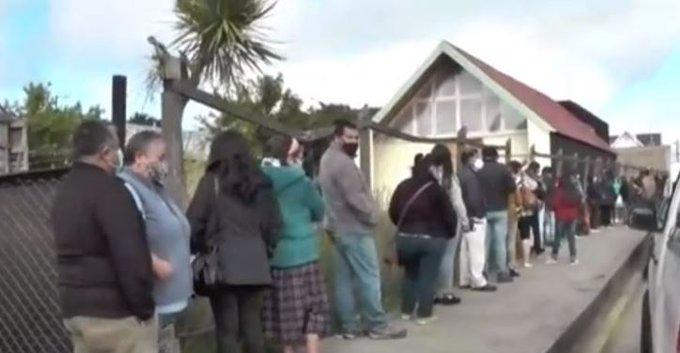 Noticias Chile | Cientos de personas se aglomeran en sucursales Banco Estado por decisión del gobierno de cambio de tarjetas
