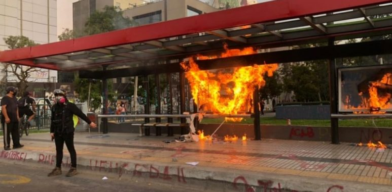 Noticias Chile | Mientras Quilpué se quema, delincuentes destruyen material privado y público en Plaza Italia