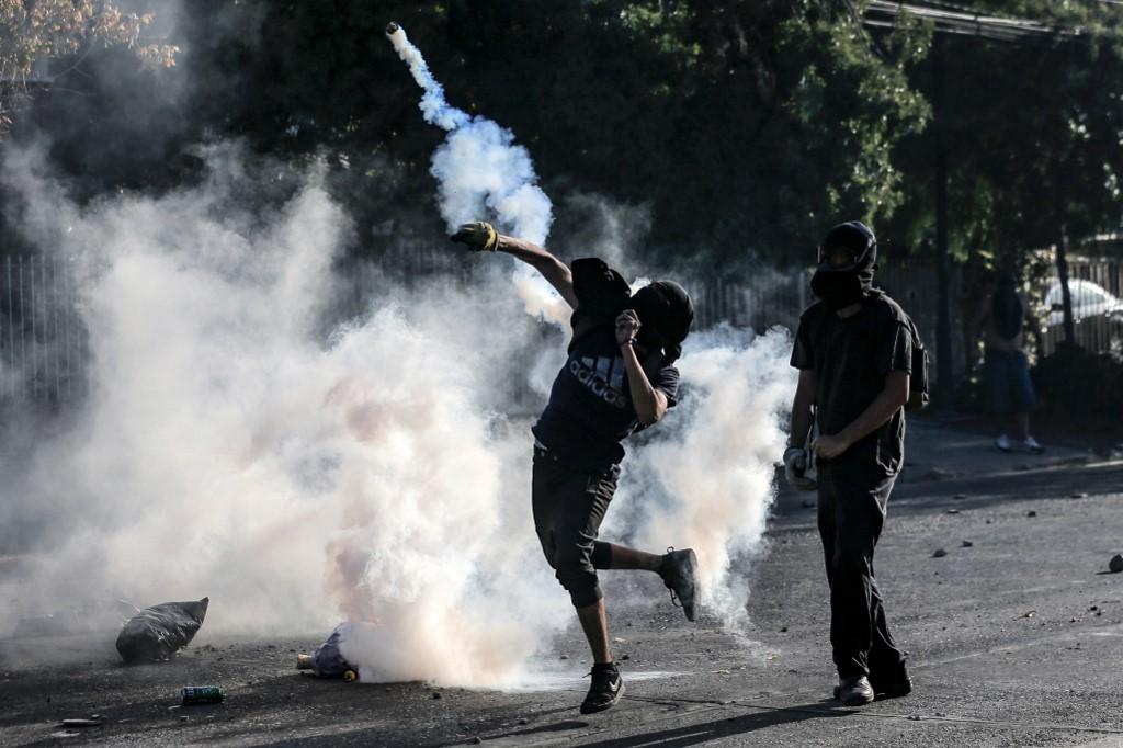 """Noticias Chile   Delincuentes de la barra de Colo Colo atacaron Comisaría de Pudahuel por muerte de """"Neco"""""""