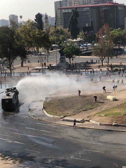 Noticias Chile   Nueva jornada de disturbios en Plaza Italia , deja daños a material público y privado
