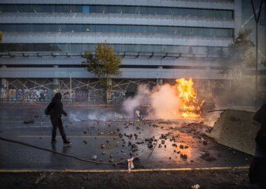 Noticias Chile | Nueva jornada de disturbios en Plaza Italia , deja daños a material público y privado