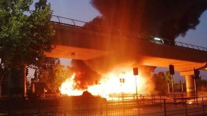 Noticias Chile | Violentos disturbios en Santiago dejan un bus quemado, daños a material público y privado