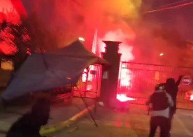 Noticias Chile | Violentistas atacan la 25° Comisaría de Maipú y queman caseta municipal