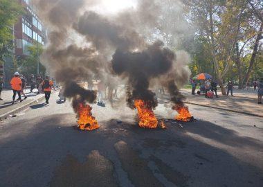 Noticias Chile   Pequeño grupo de delincuentes realiza disturbios en Plaza Italia