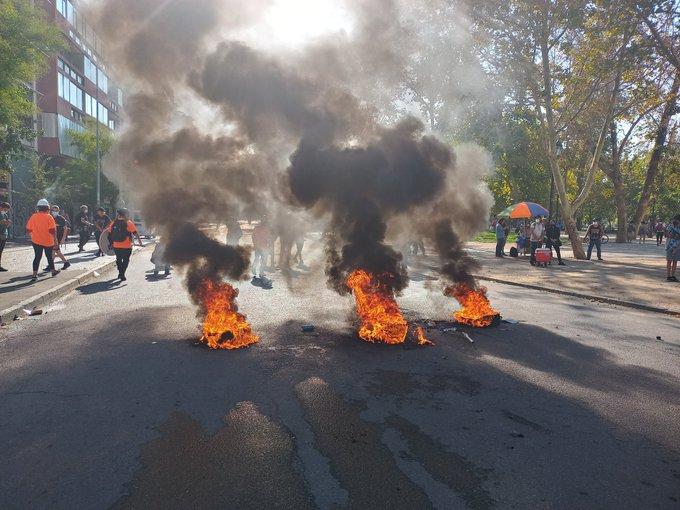 Noticias Chile | Pequeño grupo de delincuentes realiza disturbios en Plaza Italia