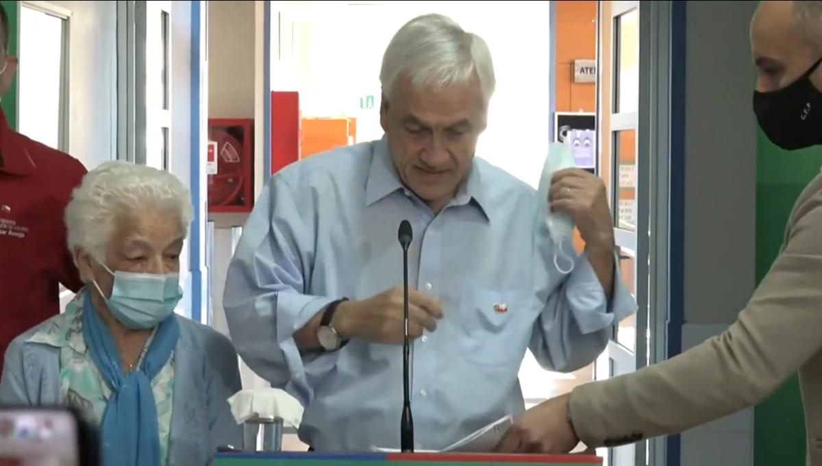 Noticias Chile | Presentan querella contra el presidente por sacarse la mascarilla frente a mujer de 93 años en acto público